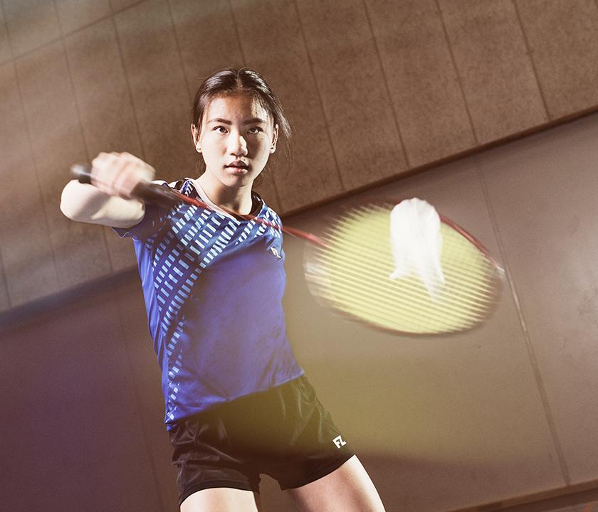 Badmintonspiller returnerer fjerbold
