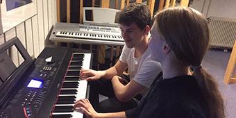 Der bliver øvet keyboard i musiklokalet