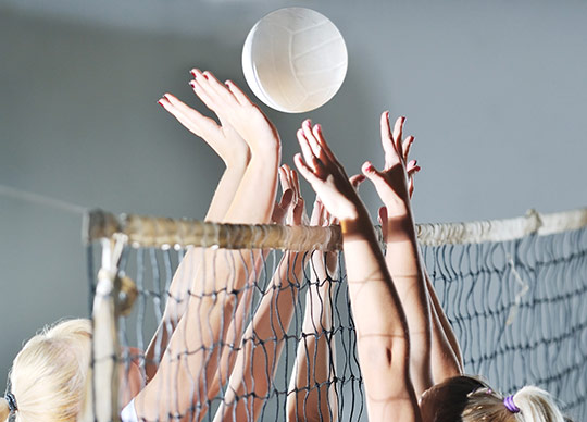 Volleyball tæt kamp ved nettet