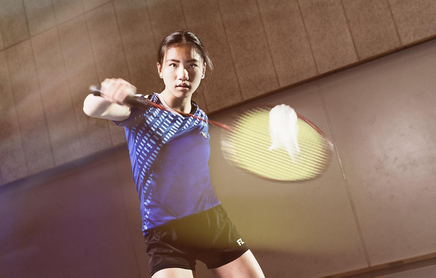 badmintonspiller slår til fjerbold