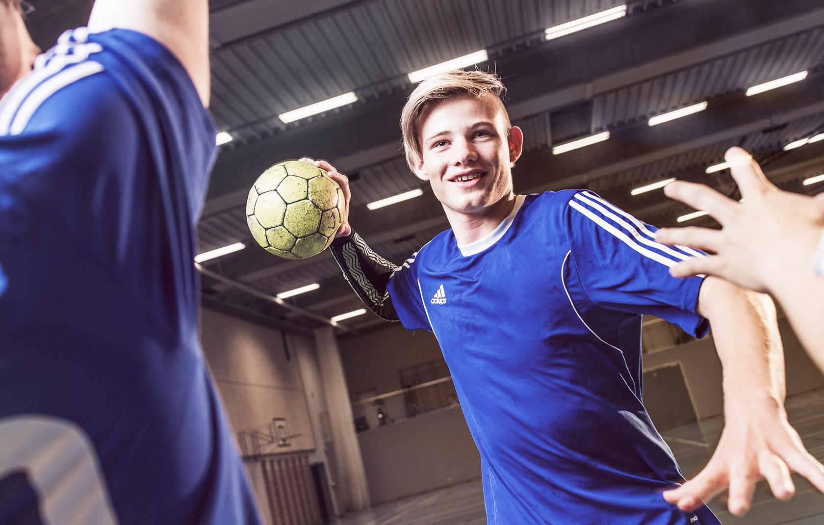 håndboldspiller klar til at skyde