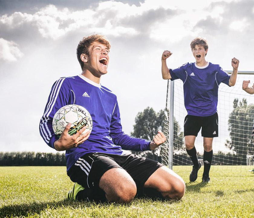 elev fejrer scoring i fodbold