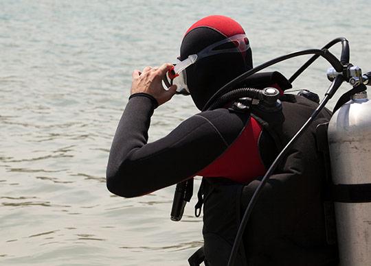 Dykker på vej i vandet
